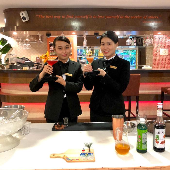 Sinh viên MDIS cùng tác phẩm đạt giải nhất và giải nhì Cuộc thi Pha chế Cocktail Singapore 2020.
